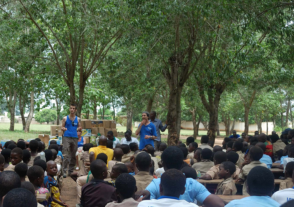 riunione con i bambini del villaggio per distribuzione vestiti